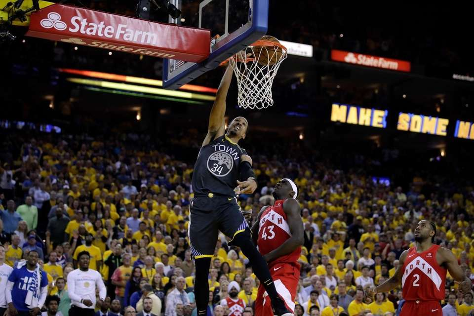 Golden State Warriors guard Shaun Livingston (34) dunks