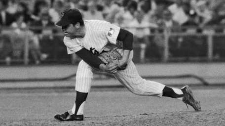 Mets righthander pitcher Tom Seaver deliverd against the