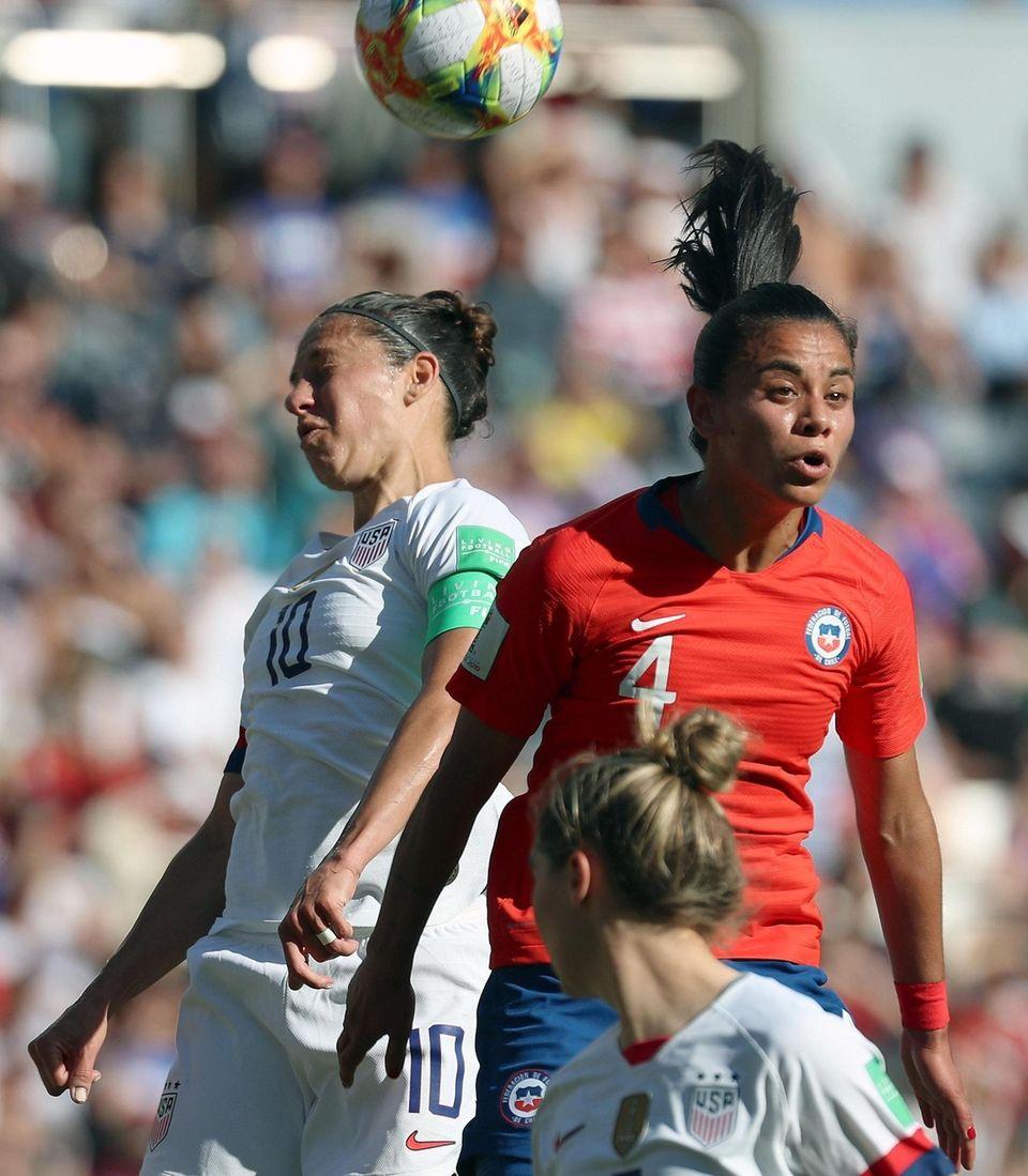 Chile's Francisca Lara (R) and USA's Carli LLoyd