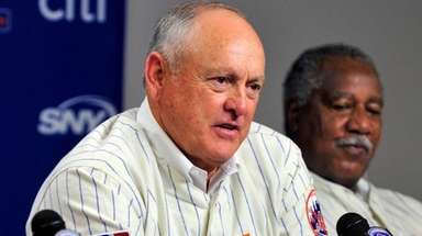 Nolan Ryan, center, speaks with Jerry Koosman (left)