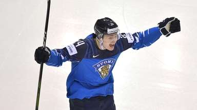 Finland's forward Kaapo Kakko celebrate scoring during the