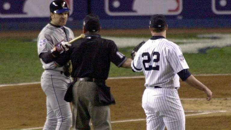 Mike Piazza points the end of his bat
