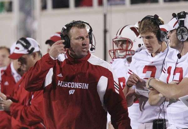 Wisconsin head coach Bret Bielema talks to backup