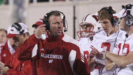Wisconsin head coach Bret Bielema talks to backup