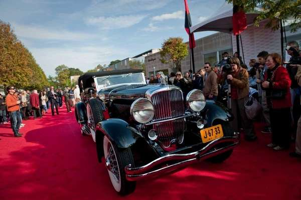 A 1932 Duesenberg leaves the red carpet at