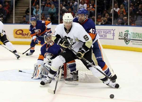 Pascal Dupuis #9 of the Pittsburgh Penguins controls