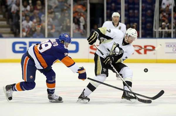 Paul Martin #7 of the Pittsburgh Penguins plays