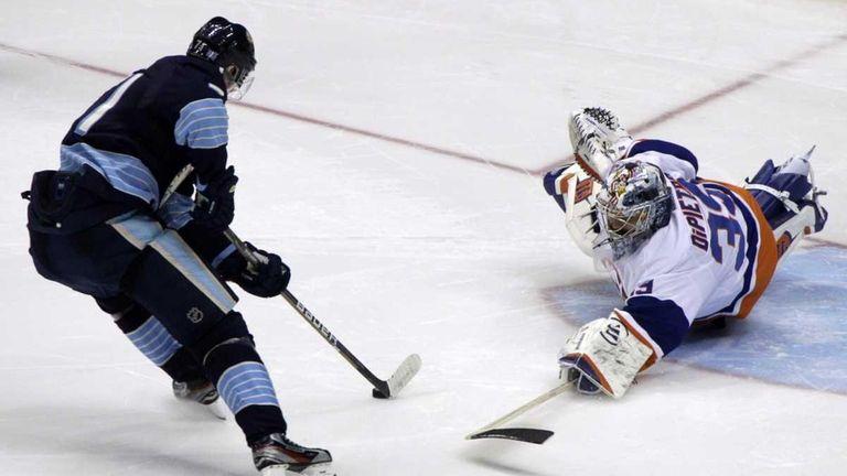 Pittsburgh Penguins' Evgeni Malkin, left, beats New York