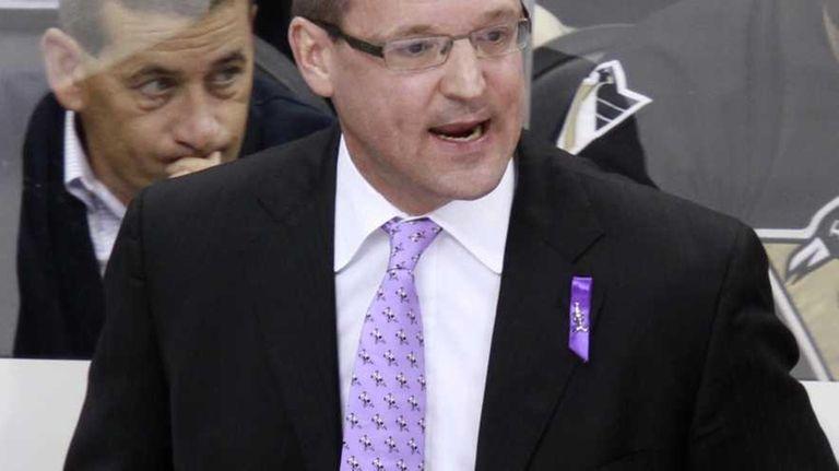 Pittsburgh Penguins head coach Dan Bylsma sets up