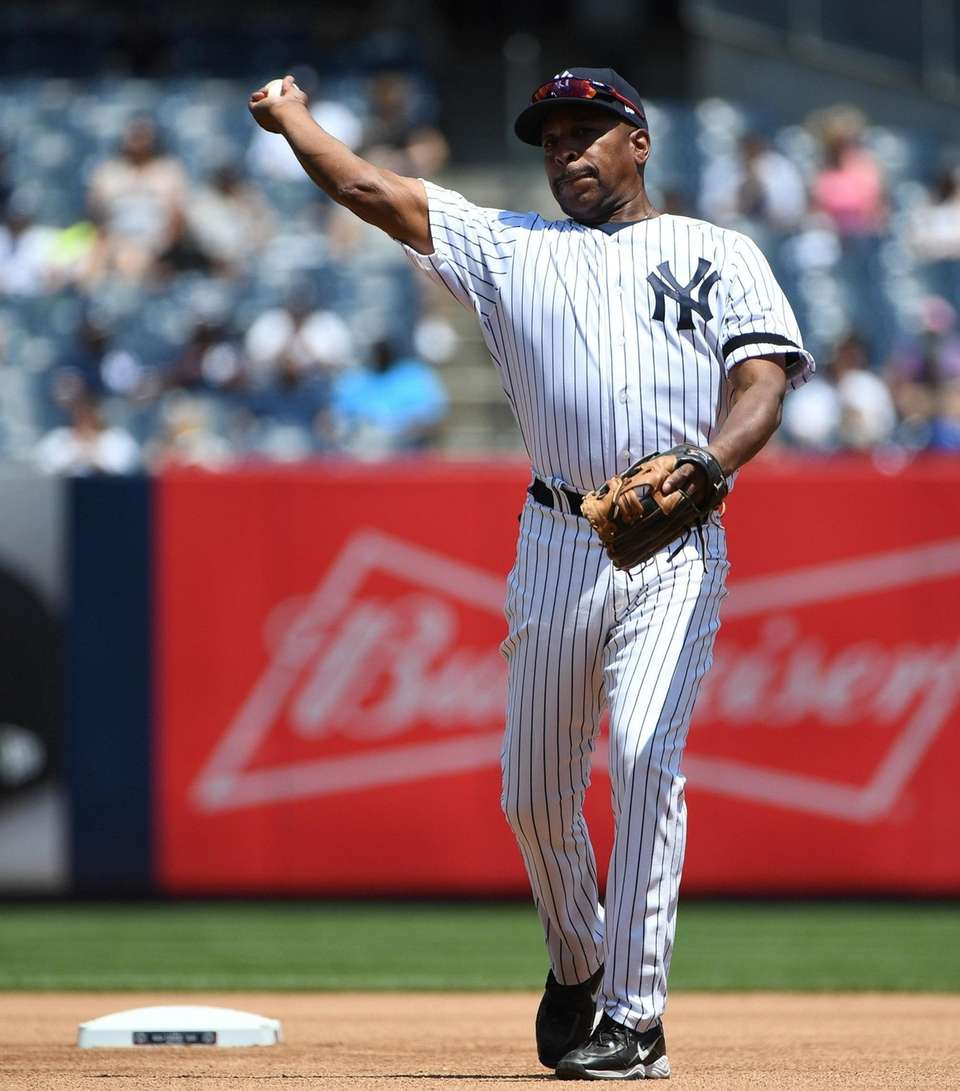 Former Yankees infielder Willie Randolph throws during the