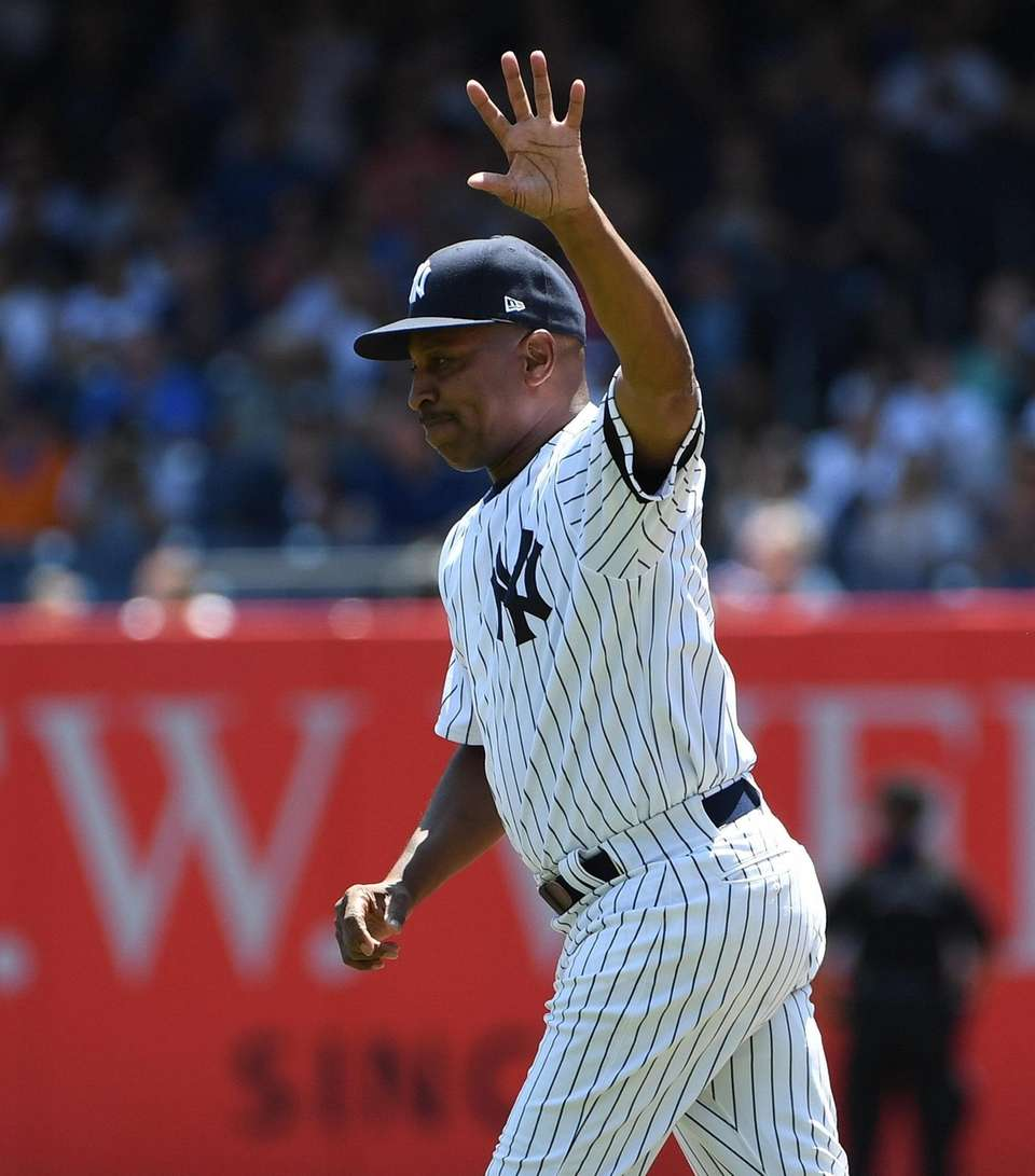 Former Yankees player Willie Randolph waves as he
