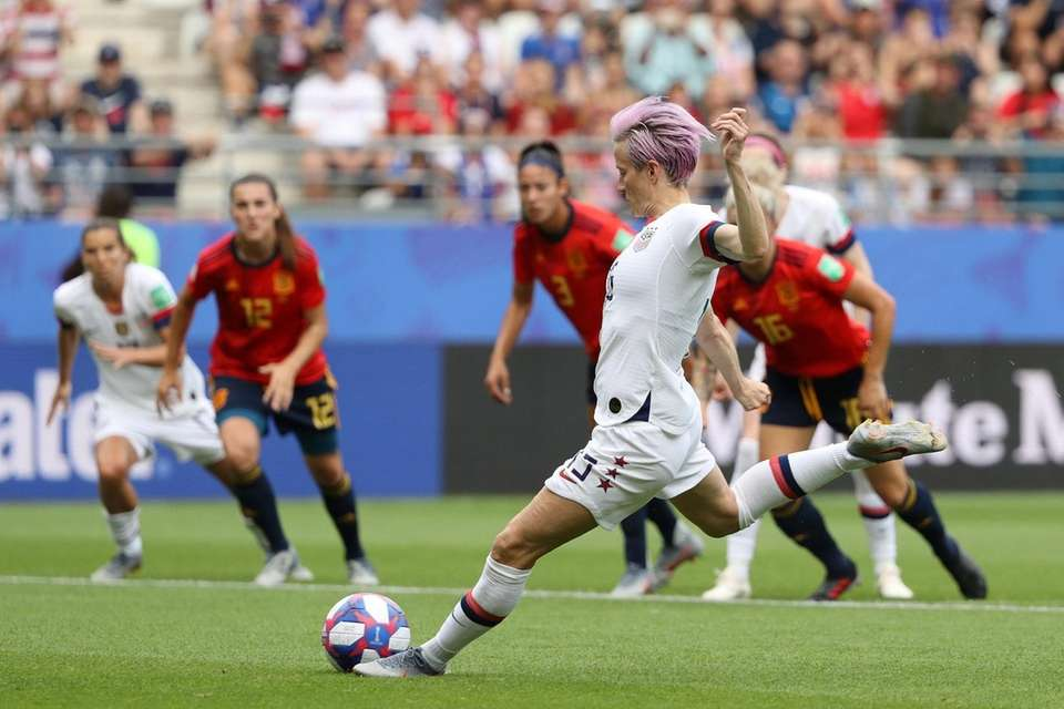 Megan Rapinoe of the USA scores her sides