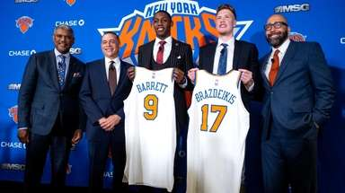 From left, Knicks president Steve Mills, GM Scott