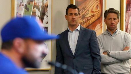Mets general manager Brodie Van Wagenen, center, and