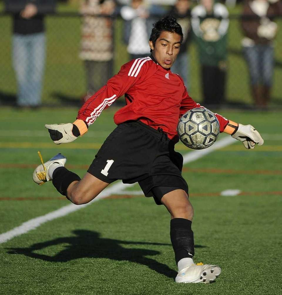 Brentwood goalkeeper Raul Bonilla sets up for a