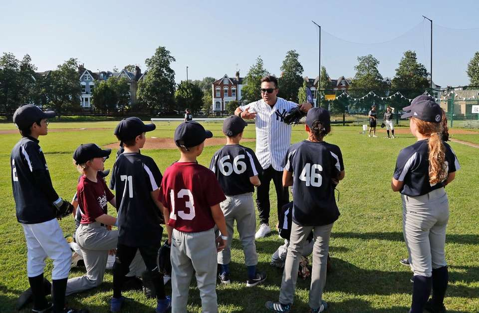 Former Yankee Nick Swisher, center, teaches young fans