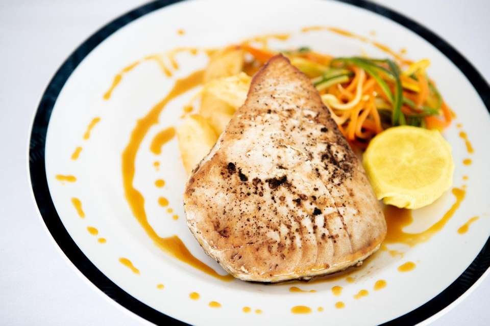 The seared tuna with citrus-soy sauce at Pier
