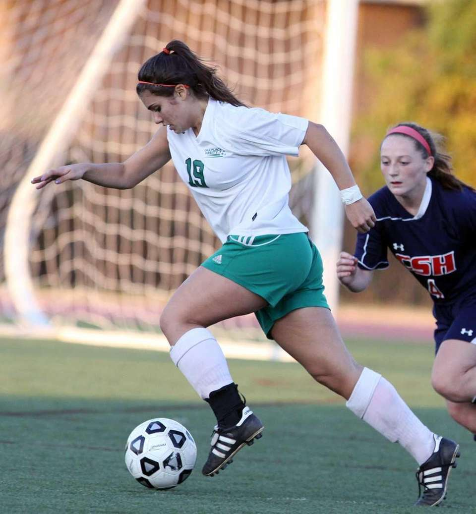 Carle Place's Mellissa Duarte keeps the ball in