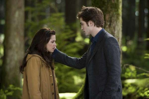 Kristen Stewart and Robert Pattinson in a scene