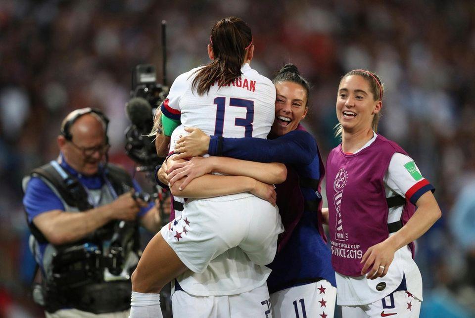 United States' Alex Morgan, center, celebrates with teammates