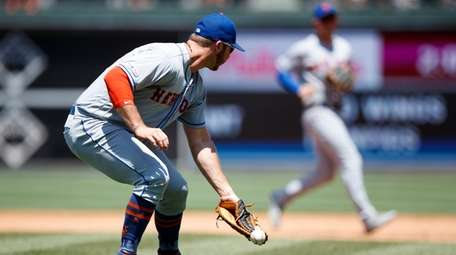 New York Mets first baseman Pete Alonso, left,