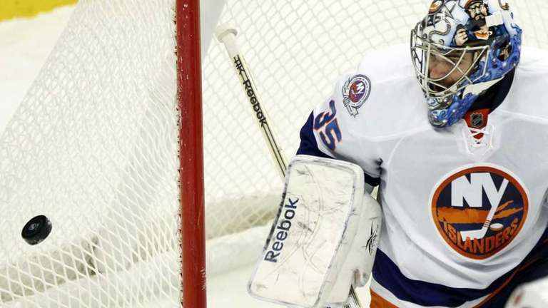 New York Islanders goalie Al Montoya (35) makes