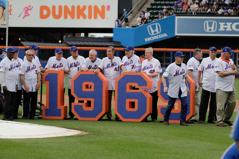 The 1969 mets leave the field after a