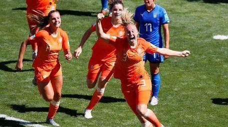 Netherlands' Stefanie Van Der Gragt, front, celebrates after