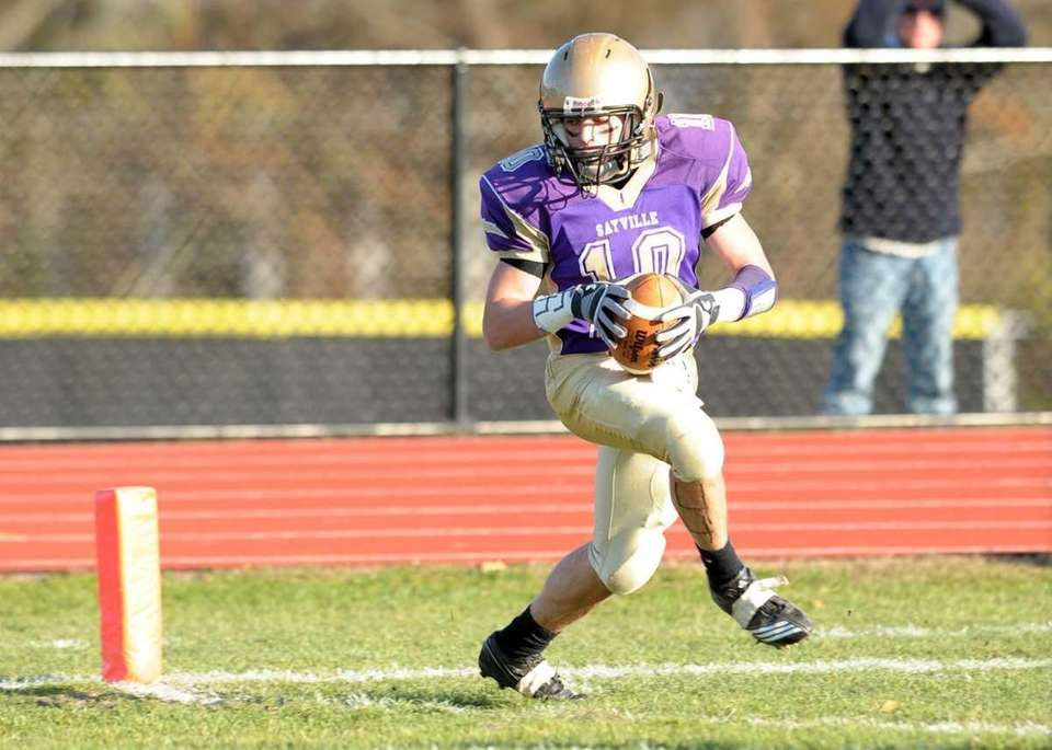 Sayville's Tom Hannan (10) catches the 24 yards