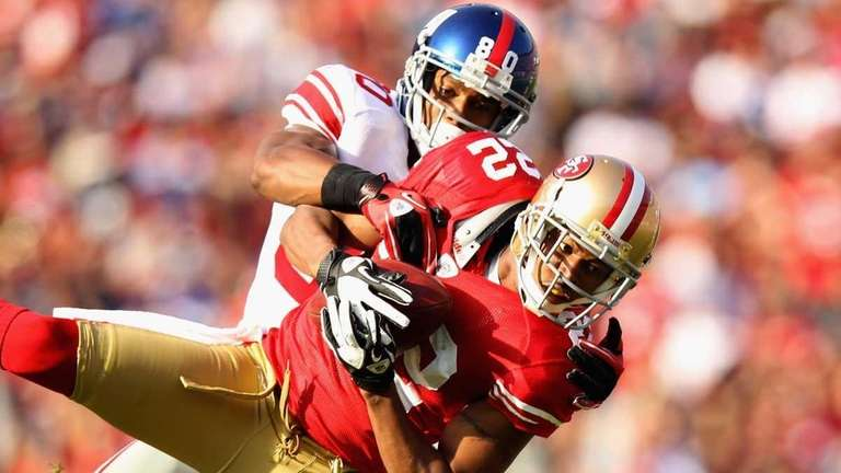 Carlos Rogers of the San Francisco 49ers intercepts