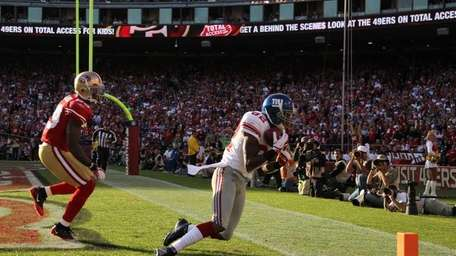 Mario Manningham of the New York Giants catches