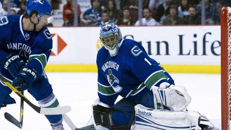 Canucks Goalie Luongo Says It S Time To Move On Newsday