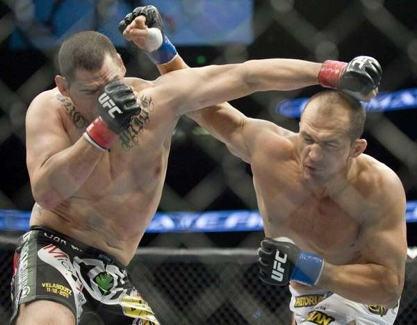 Junior Dos Santos connects hard with Cain Velasquez