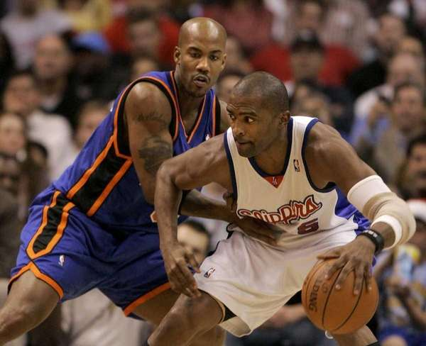 New York Knicks' Stephon Marbury, left, guards Los