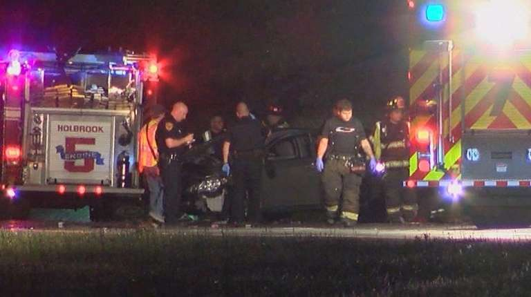 4 people hurt, 1 seriously, in 2-car crash in Holbrook