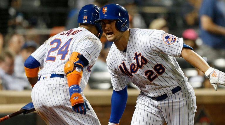 The Mets' J.D. Davis celebrates his sixth-inning home