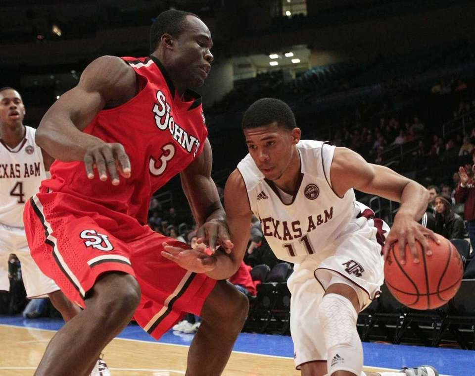 St. John's' God's Gift Achiuwa (3) defends Texas