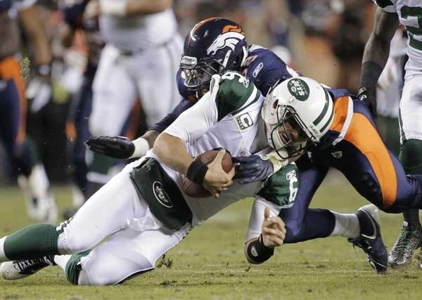 New York Jets quarterback Mark Sanchez (6) is