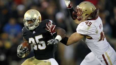 Notre Dame running back Jonas Gray, right, is