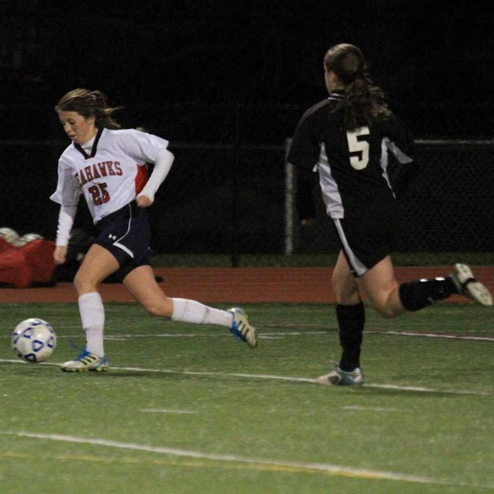 Cold Spring Harbor's #25 Tierney Cronin skirts the