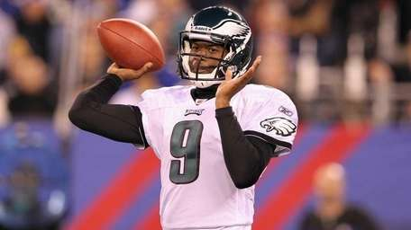 Vince Young #9 of the Philadelphia Eagles throws