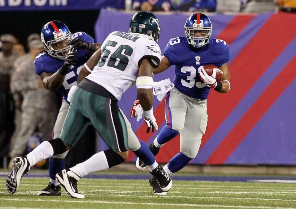 Running back Da'Rel Scott of the Giants runs