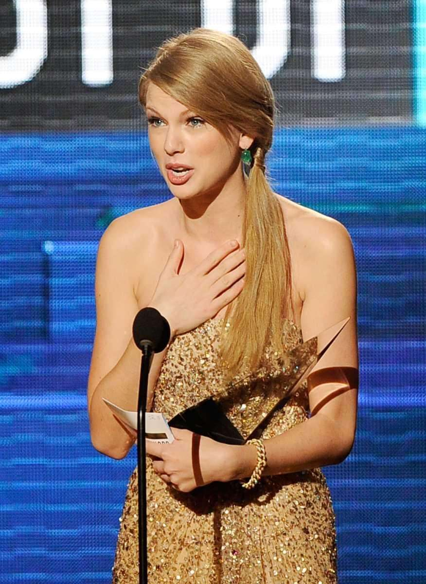 Singer Taylor Swift accepts favorite country album award