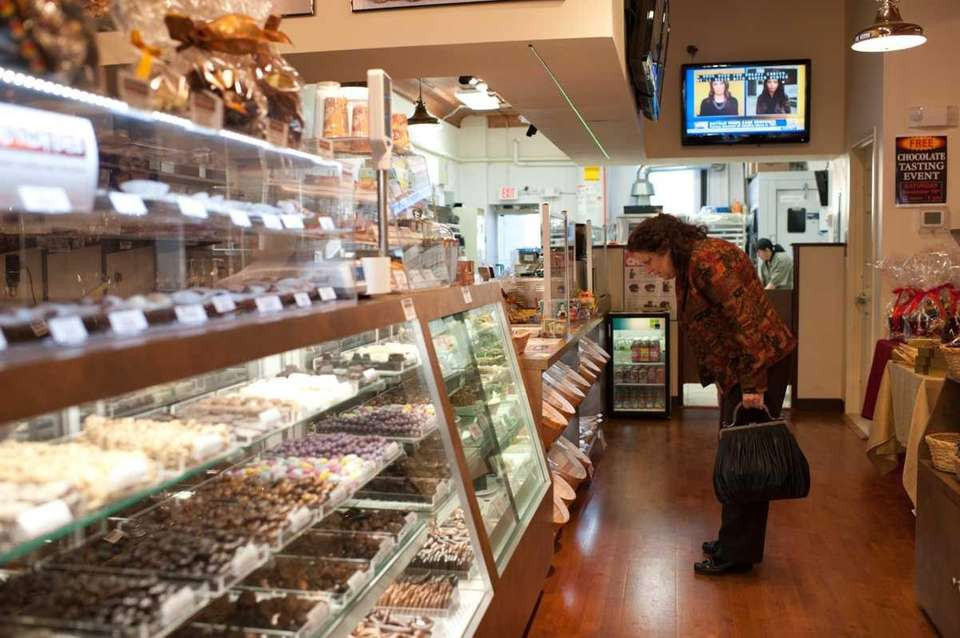 A customer at Chip�n Dipped browses sweet items
