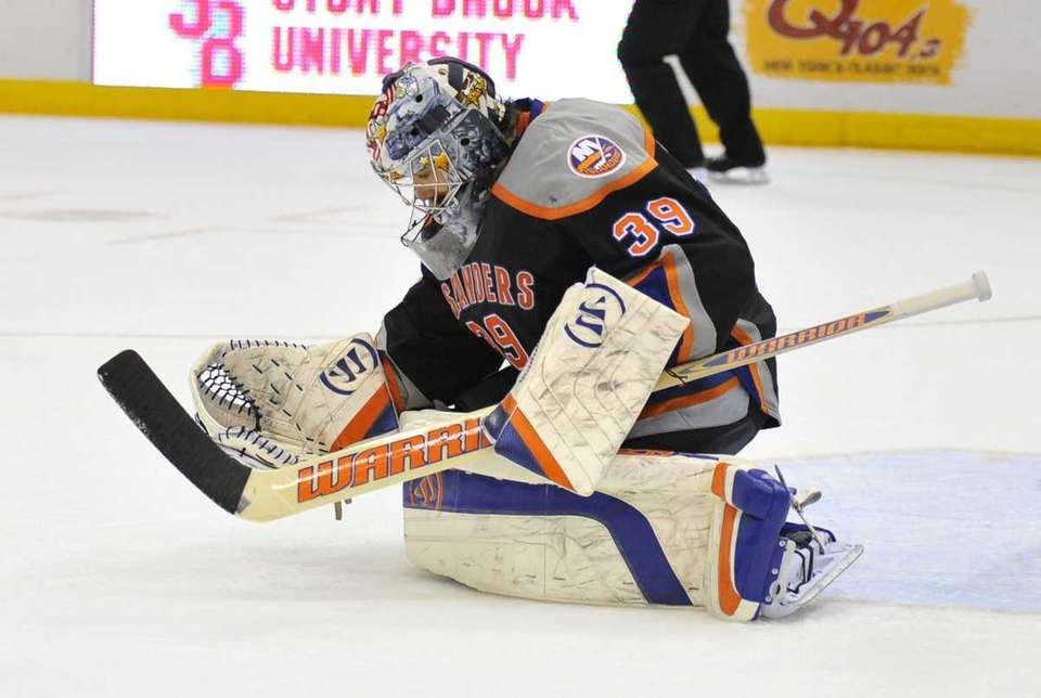 Islanders goalie Rick DiPietro against the Flyers.
