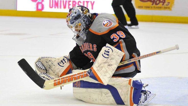 Islanders goalie Rick DiPietro against the Flyers.