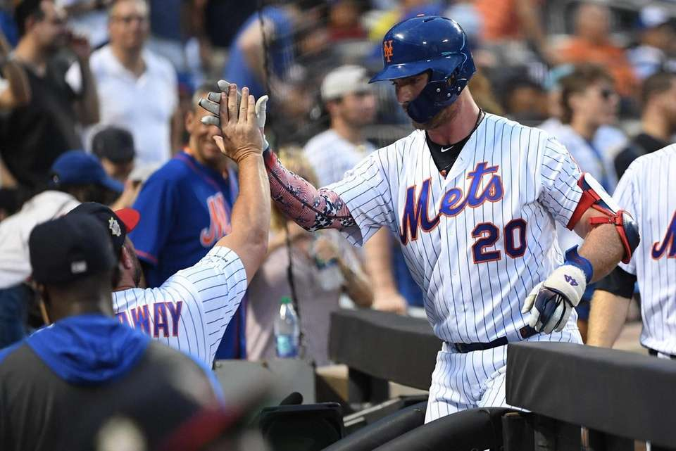 New York Mets manager Mickey Callaway high fives