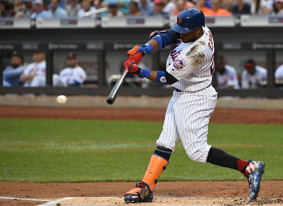 New York Mets left fielder Robinson Cano singles