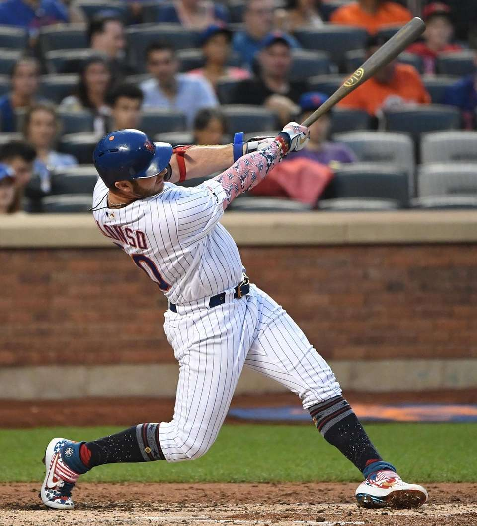 New York Mets first baseman Pete Alonso hits