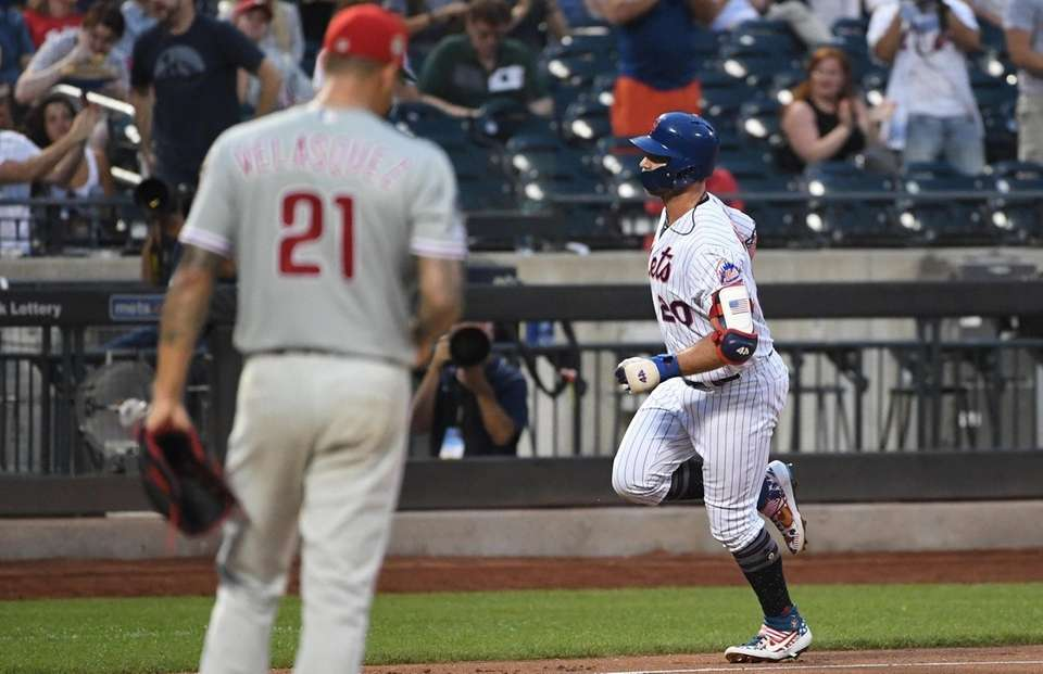 New York Mets first baseman Pete Alonso rounds
